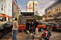 DAROVANÁ KÁVA. David Urban bojuje proti ostravskému tržnímu řádu kávou. Tu neprodává, ale daruje.