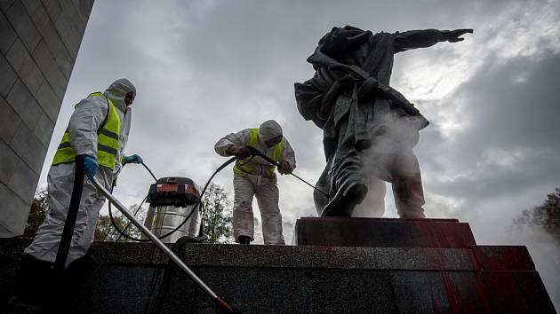 Čistění památníku Rudé armády v Ostravě v Komenského sadech.