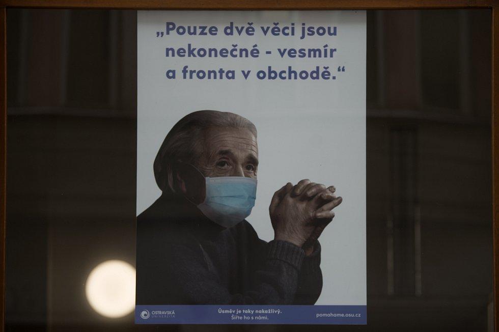 Grafika na téma koronavirus od Barbory Hlavické, 18. ledna 2021 v Ostravě. Grafiku lze spatřit na budově OSU - Filozofická fakulta (Reální 5).