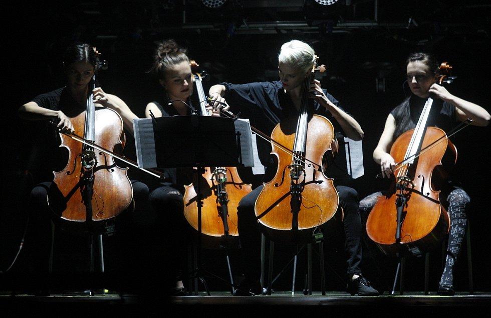 Legendární kapela Lucie se v rámci svého velkého comebackového turné v ostravské ČEZ Aréně.