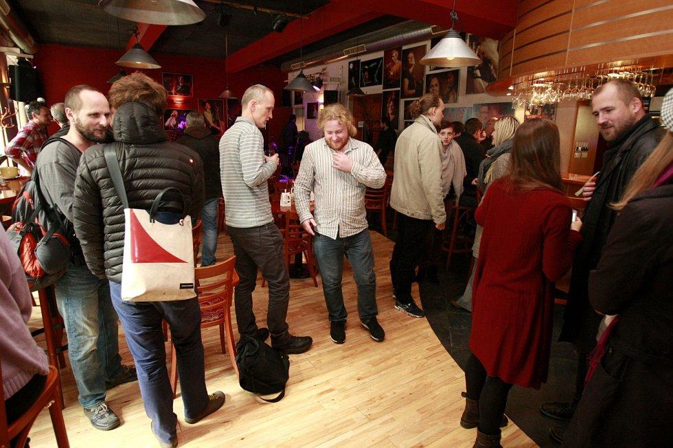 """Řada studentů místo do auly na setkání s hlavou státu zašla na """"trucpodnik"""" do kavárny Evžen."""