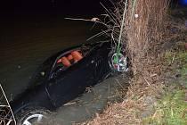 Hasiči lovili porsche z Volenského rybníku v Šenově.