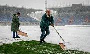 Středa 19. dubna 2017 v Ostravě. Odklízení sněhu z hrací plochy na stadionu ve Vítkovicích.