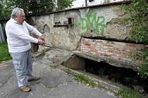 Bývalá kotelna, kterou obývají bezdomovci, stále dělá starost obyvatelům domů na Horní ulici v Ostravě-Hrabůvce.