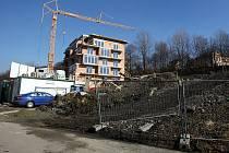 Loni začala výstavba obytného domu nad radnicí ve Slezské Ostravě. Výstavba už finišuje.