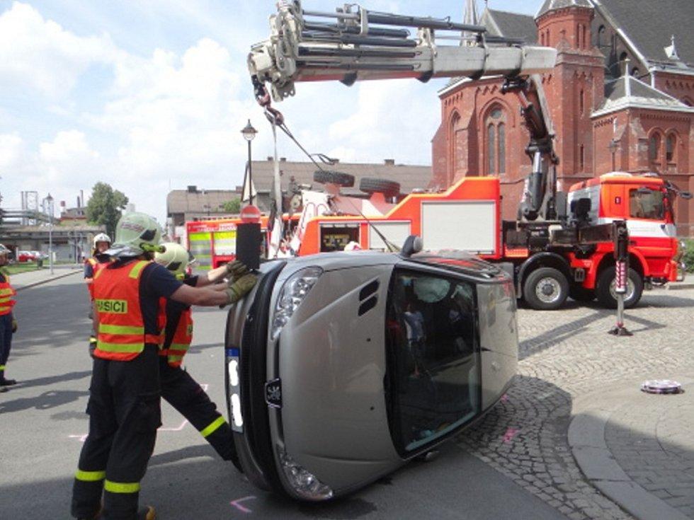 Zásah hasičů u nehody ve Vítkovicích.
