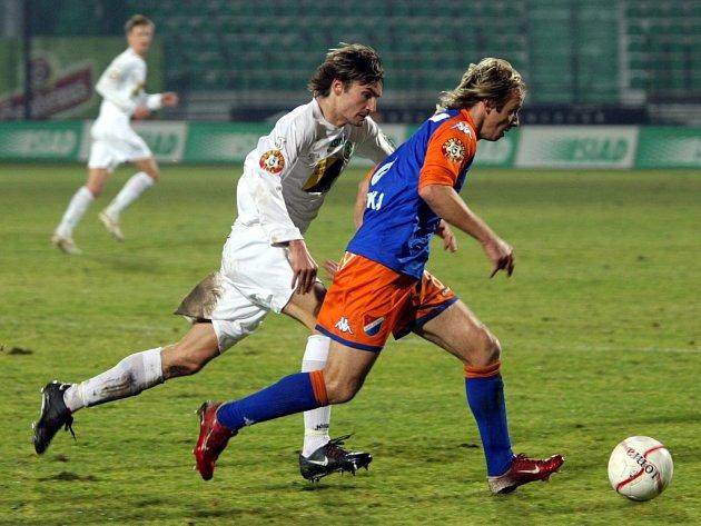 Poslední podzimní kolo 9. prosince  první fotbalové ligy svedl týmy Mostu a Ostravy v zájemný souboj. Jaroslav Škoda dohání Rudolfa Otepku.