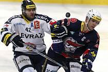 VE VÍTKOVICÍCH. Michal Barinka se před olympiádou blýskl dvěma góly do sítě Chomutova, kde Ostravané v úterý vyhráli vysoko 8:3.