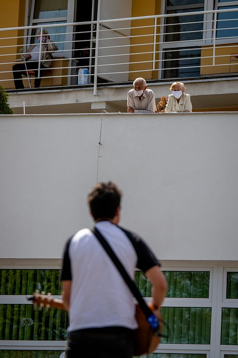 """Projekt """"Spolu to zvládneme"""". Koncert pod okny domovů pro seniory ve Frýdku Místku, 9. května 2020."""