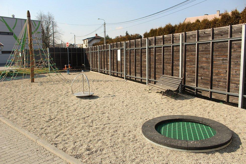 Dětské hřiště u sportovní haly.