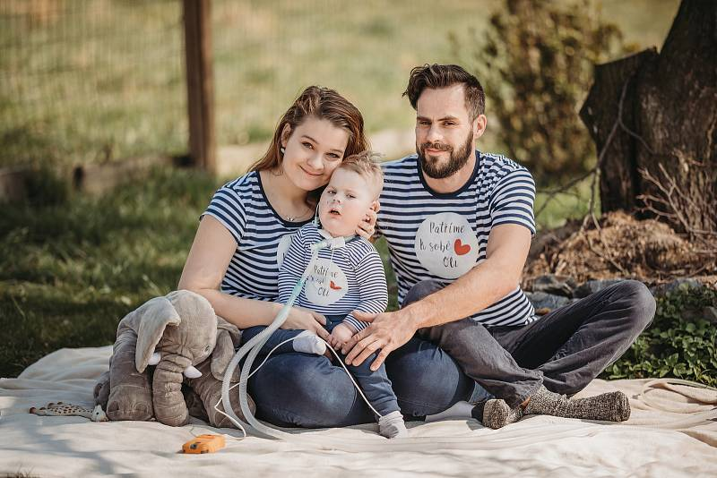 OLÍK ze Sedlnice, pruhovaná trička jsou symbolem sbírky na jeho léčbu.