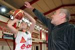 Bývalý úspěšný basketbalista a později legendární kouč Zdeněk Hummel strávil v basketbalovém kolotoči 35 let. Dvakrát dovedl národní tým na evropský šampionát, na klubové úrovni sbíral medaile.