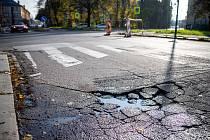 Poškozené cesty v Ostravě, 11. listopadu 2019 v Ostravě. Ulice Poděbradova.