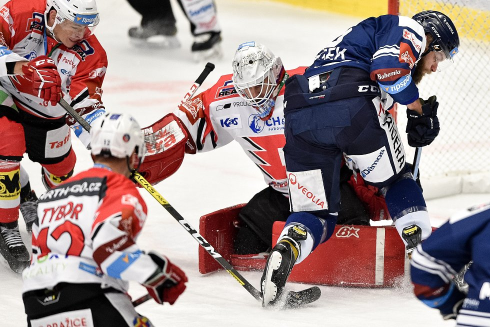 Utkání 24. kola hokejové extraligy: HC Vítkovice Ridera - HC Dynamo Pardubice, 4. prosince 2020 v Ostravě. (zleva) brankář Pardubic Pavel Kantor a Adam Polášek z Vítkovic.
