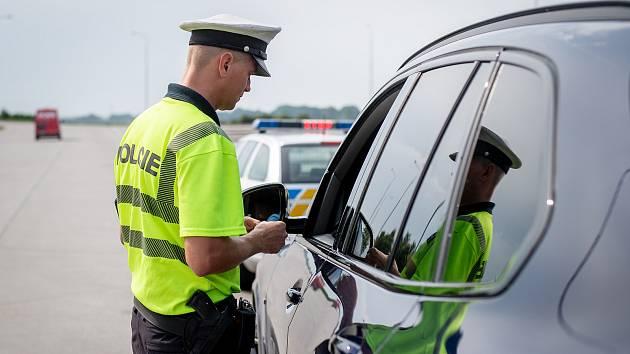 Součástí kontrol je také ověřování, zda motorista nemá uložený zákaz řízení.