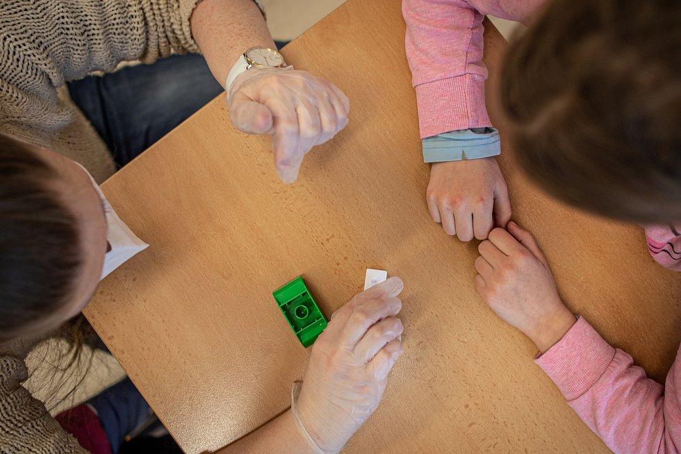 Žáci ZŠ Sekaniny provádějí antigenní testy, 12. dubna 2021 v Ostravě. Podmínkou pro účast na vyučování byl negativní test na přítomnost viru COVID-19.