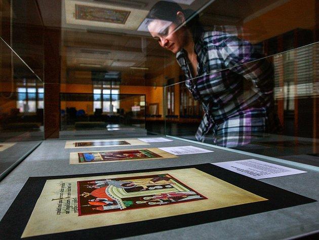 Netradiční expozici vzácných faksimilií, což jsou věrné kopie středověkých tisků, nazvanou Krása a tajemství středověkých rukopisů III. mohou vidět návštěvníci ve dvou ostravských knihovnách.