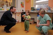 Ostravský primátor a jeho náměstek nadělovali dárky dětem v městské nemocnici.