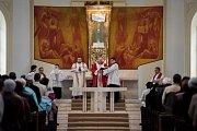 Velkopáteční bohoslužba v Katedrále Božského Spasitele s biskupem Františkem Lobkowiczem.
