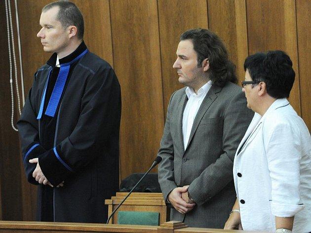 Slovinec Elvir Sadiku (na snímku uprostřed) a Němec Gernot Karl Gross měli vydírali firmu Armatury Group z Dolního Benešova, která se mimo jiné zabývá prodejem armatur pro rafinerie.