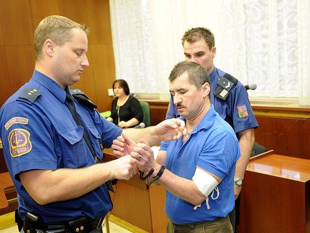 Obžalovaný před soudem s hrdostí prohlásil, že byl tak opilý, že vlastně neví, k čemu v osudnou chvíli došlo.