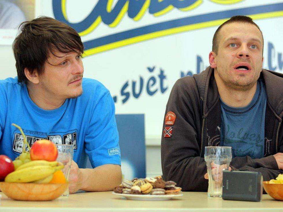 Režisér Martin Dolenský (na snímku vpravo) a Michal Malátný se včera zúčastnili nejenom autogramiády v CineStaru