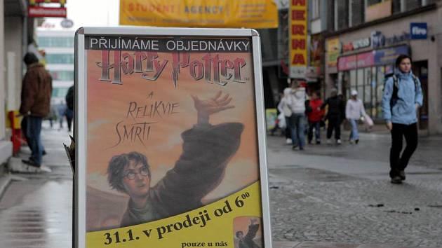 Další díl příběhů o Harry Potterovi míří do knihkupectví