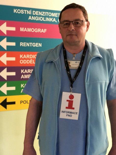 Ve Fakultní nemocnici Ostrava lze na tamějších chodbách již přes čtvrt roku využít služeb informátora Jana Olšavského.