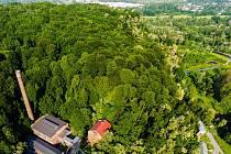 Pohled na landecký kopec z výšky. Ilustrační foto z dronu.