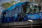 Nehoda autobusu DPO na Frýdlantských mostech v centru Ostravy, 28. dubna 2020.