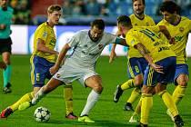 Milan Baroš bojuje se zlínskými hráči.