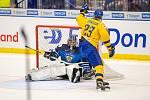 Mistrovství světa hokejistů do 20 let, zápas o 3. místo: Švédsko - Finsko, 5. ledna 2020 v Ostravě. Na snímku (zleva) brankář Finska Justus Annunen, Albin Eriksson (SWE).