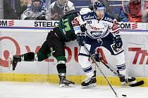 Utkání 51. kola hokejové extraligy: HC Vítkovice Ridera - HC Energie Karlovy Vary, 3. března 2020 v Ostravě. Zleva Róbert Bačo z Karlových Varů a Martin Dočekal z Vítkovic.