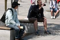 Popíjení alkoholických nápojů na veřejnosti se může na mnoha místech Ostravy prodražit