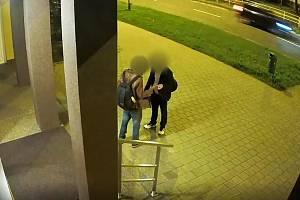 Nezletilý chlapec ve věku 16 let se právě vracel v Ostravě–Porubě z tanečních, kdy ho oslovil neznámý muž. Nejdříve ho požádal o 20 kroun na jídlo. Poté, co mu mladík nevyhověl, rozhodl se peněz zmocnit násilím.