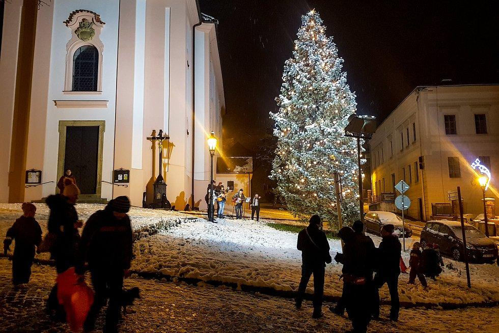 Vánoční strom na náměstí u kostela sv. Jana Pavla Nepomuckého ve Štramberku.