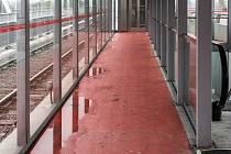 Svinovské mosty. Nefungují zde inteligentní zastávky, prosakuje voda a skleněná výplň na eskalátoru je rozbitá.  Snímky: