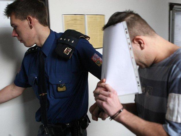 Radim Vala, který brutálně napadl servírku, si u soudu zakrýval tvář.