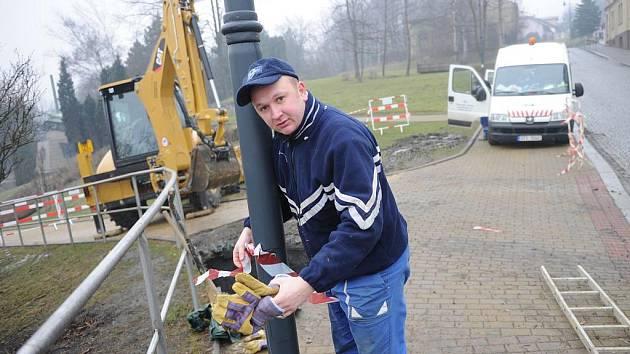 Nejen ve čtvrtek, ale i v průběhu pátku zaměstnávala pracovníky Ostravských vodáren a kanalizací porucha na potrubí ve Slezské Ostravě, která se projevila v těsné blízkosti radnice.