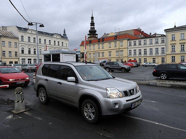Mezi atraktivní lokality v centru města, kterých se chtějí jejich soukromí vlastníci zbavit, nově přibylo i velké parkoviště vedle Ostravského muzea.