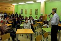 Ředitel školy vysvětluje rodičům, že má opravdu svázané ruce, může jen posílat hlášení na policii, sociálku… Jako řešení navrhuje tlak na poslance na změnu školského zákona.