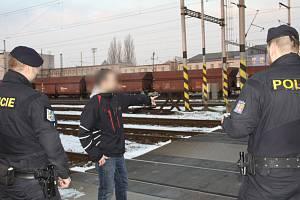 Policisté kontrolovali zákaz přecházení kolejí.