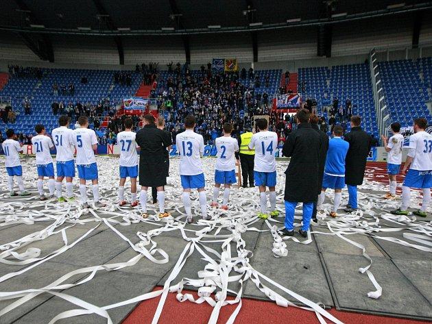 Fotbalisté Baníku děkují svým fanouškům za podporu.