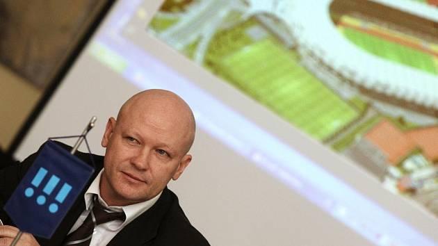 Předseda ČMFS Ivan Hašek na loňské oficiální návštěvě Ostravy, kde podpořil výstavbu nového fotbalového stadionu.