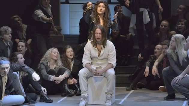 PETER CMORIK (Ježíš Kristus) na snímku uprostřed a Vendula Příhodová (Máří Magdaléna) stojící nad ním na zkoušce muzikálu Jesus Christ Superstar.