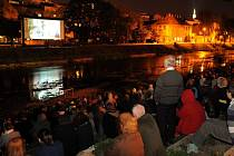 Kino na Hranici: promítání na Olze