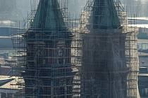 Do závoje z lešenářských trubek jsou nyní zahaleny obě věže katedrály Božského Spasitele v centru Ostravy. Stavebníci využívají hezkého počasí a pracují nejen v interiéru, ale také na čištění fasády a opravách střechy.