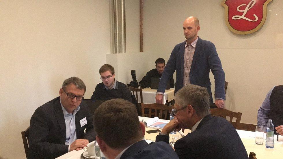 Předvolební projekt Deníku, kdy 10 lídrů politických stran vyrazilo autobusem z Ostravy do Karviné. Snímek z karvinské restaurace Ovečka, kde se uskutečnila hlavní část debaty.