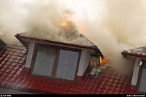 Zásah hasičů u požáru penzionu v Žabni, 9. srpna 2021.