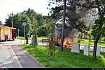 Řidič měl během jízdy cítit kouř, zastavil a jeho auto začalo hořet plamenem.